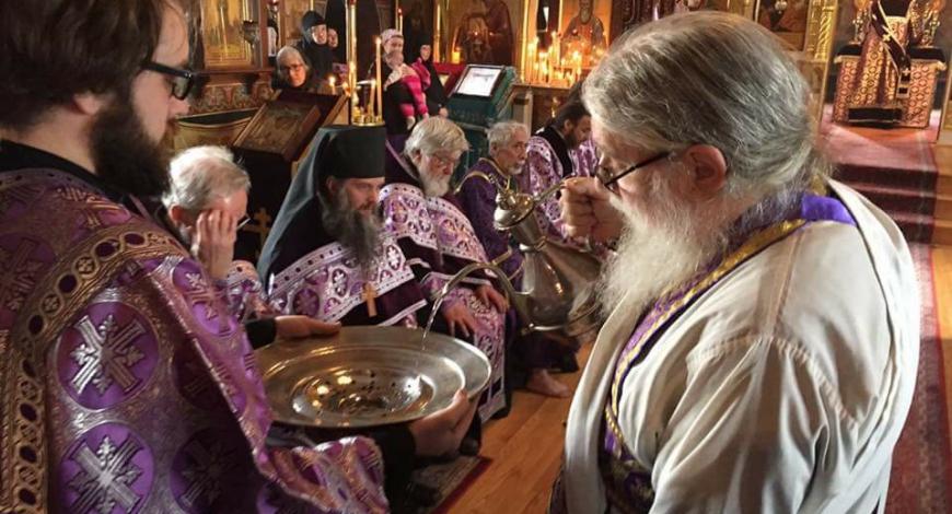 Чистый четверг. Чин омовения ног совершает настоятель монастыря арх. Лука.