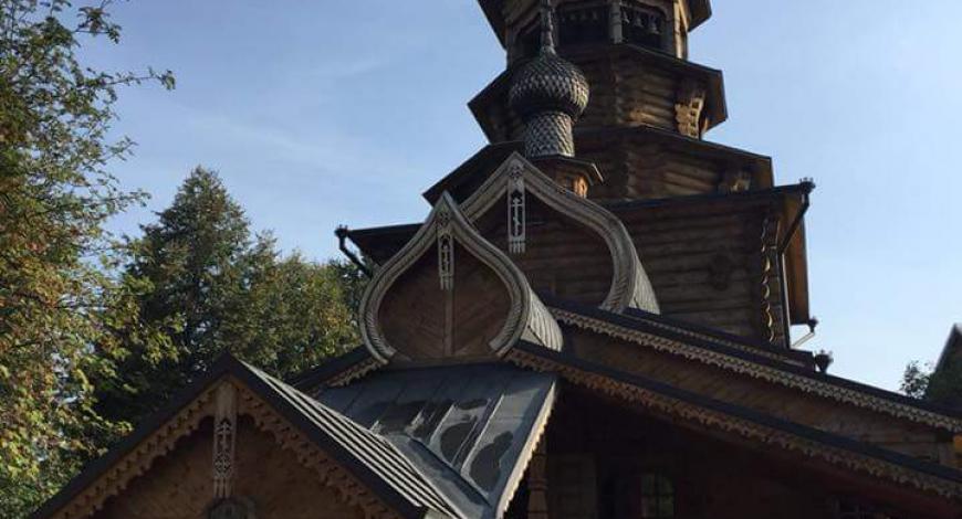 Удивительно красивый деревянный храм Покрова Божией Матери.