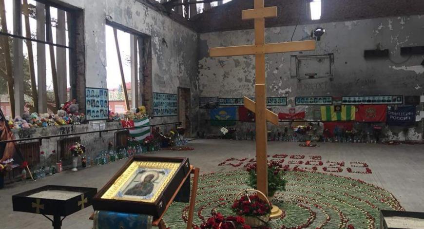 Северная Осетия, Беслан.  По традиции визит Иконы Умягчение злых сердец в Осетии начинается с моления в 1-ой школе города.