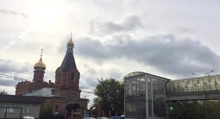 Казанская церковь в Сосенках. В переходе через дорогу к храму устроена выставка, рассказывающая о восстановлении церкви. Интересное решение.