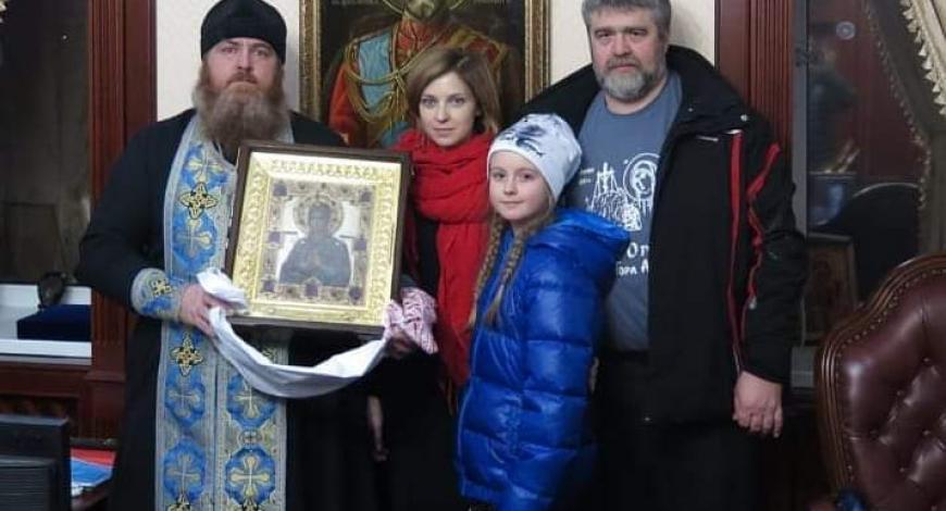 С мироточивой чудотворной иконой «Умягчение злых сердец» у Наталии Поклонской