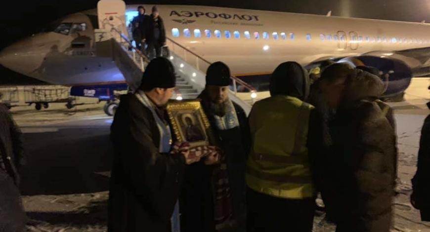 Рано утром духовенство Магнитогорской Епархии встречают, прибывшую из Москвы, чудотворную мироточивую икону Богородицы «Умягчение злых сердец».