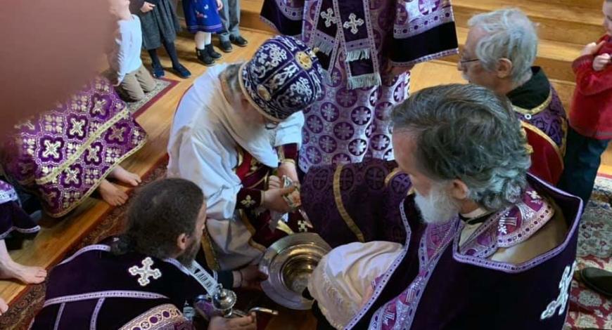 «Чистый» четверг. Литургия в Свято-Троицком монастыре в Джорданвилле. Богослужение возглавил епископ Сиракузский Лука. По окончании Литургии был совершён чин омовения ног.