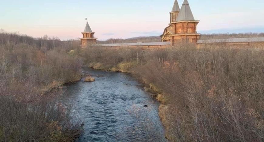Мироточивый образ Божией Матери пребывает сегодня в удивительном по красоте мужском монастыре: основанный в 1533 году преподобным Трифоном Печенгским Свято-Троицкий  мужской монастырь.